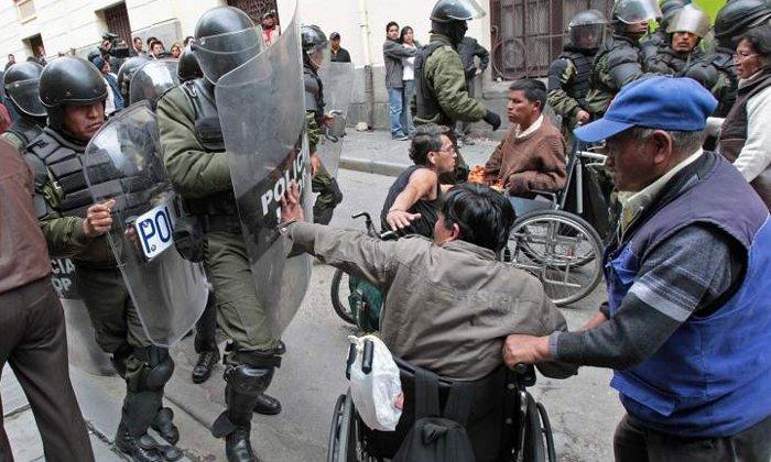 El Popular - La policía reprime una marcha de discapacitados en Bolivia
